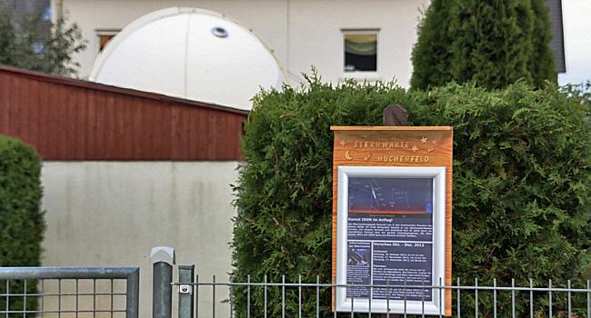 Tafel mit der Himmelsvorschau der Sternwarte Huchenfeld