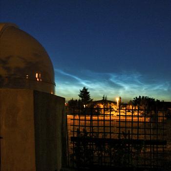Nachtleuchtende Wolken über der Sternwarte