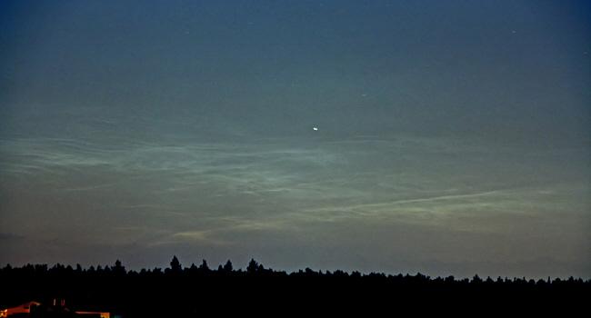 Nachtleuchtende Wolken über dem Ortsrand