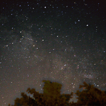 Sommermilchstraße über dem Sternwartengelände