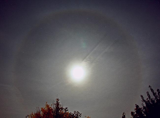 Farbenprächtiges Mondhalo über der Sternwarte