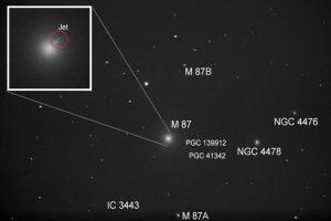 Bild der Galaxie Messier 87 mit Jet des Schwarzen Loches.