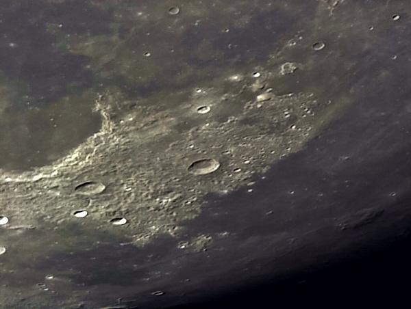 Altes Mondhochland mit Vulkanen