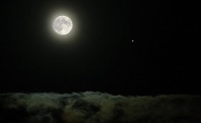 Vollmond und Jupiter über den Wolken
