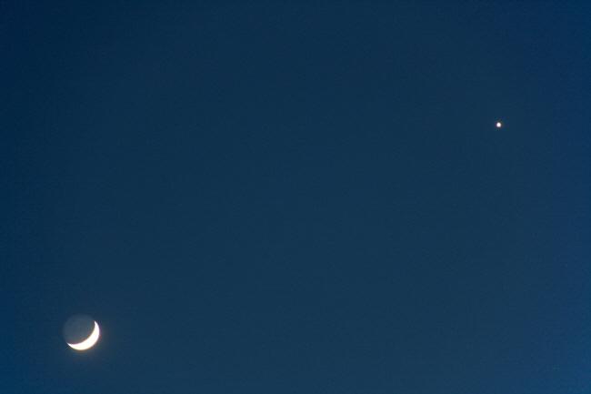 Mond und Venus am Abendhimmel